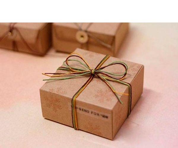 Чтобы создать оригинальную подарочную коробочку, вам необходимы: плотная бумага, ватман или бумага для скрапбукинга, карандаш или ручка, линейка, ножницы, ленточки, двухсторонний скотч или клей.