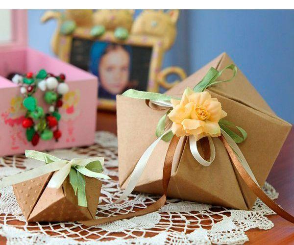 Чтобы сделать такую оригинальную коробочку, вам понадобится: плотная бумага, ножницы, степлер, дырокол, атласная ленточка.