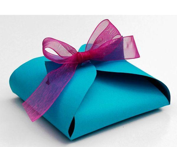 Чтобы сделать такую коробочку, вам понадобится плотная бумага или фетр, ножницы, бумага для выкройки, ленточка.