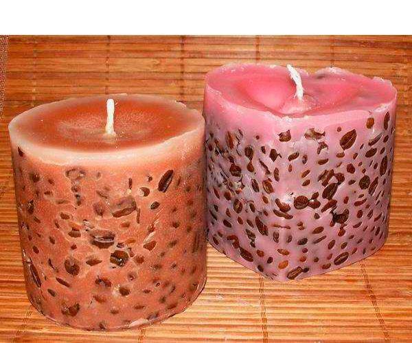 Для изготовления кофейной свечи нам потребуется 5 белых парафиновых свечей или несколько свечных огарков, 4—5 ст. л. зерен кофе, пивная банка, коробочка из-под сока или другая форма, карандаш, нож, подсолнечное масло, нити мулине, маленькая кастрюля или миска.