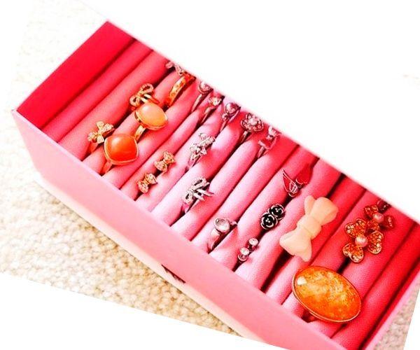 Чтобы сделать такую шкатулку для колец, вам понадобится коробочка с крышкой, ножницы и кусочек флиса.