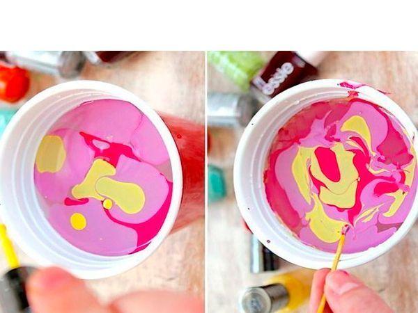 В пластиковый одноразовый стаканчик, заполненный на 2/3 водой комнатной температуры, капаем лаки. При помощи обычной зубочистки делаем всевозможные причудливые узоры.