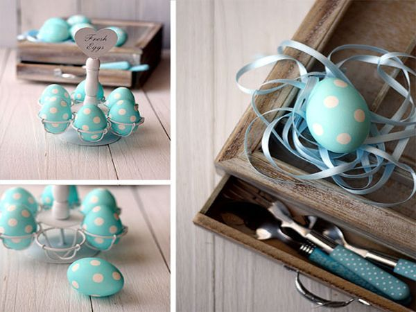 Нам понадобятся: вареные яйца, желательно белого цвета;1 стакан воды; 1 ст. ложка уксуса; несколько капель жидкого пищевого красителя; круглые наклейки.