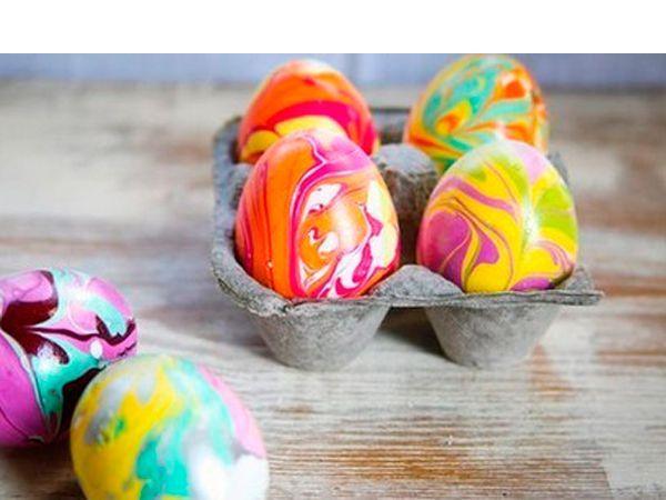 Сушим такое яйцо на пенопластовой подложке, в которую в шахматном порядке воткнуты зубочистки. На них яйцо сможет держаться, и при этом площадь соприкосновения будет очень маленькая, а значит и огрехов в работе будет мало.