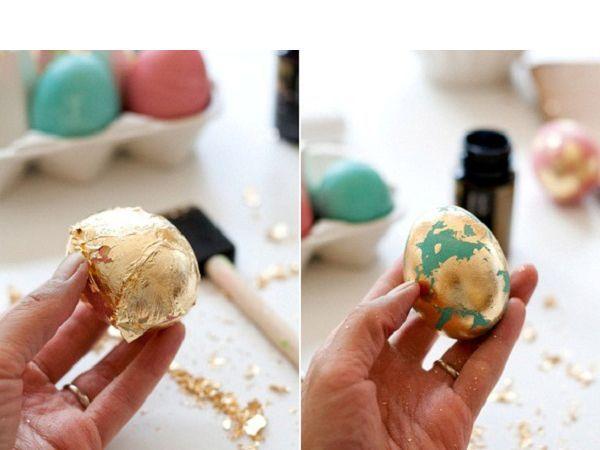 На крашеные яйца хаотично наносим мазки клея для фольги. Обернем яйцо в лист фольги, ее остатки смахнем кистью.
