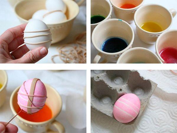 Обматываем яйца резинками так, как подсказывает ваша фантазия. Окунаем в раствор красителя. Сушим.