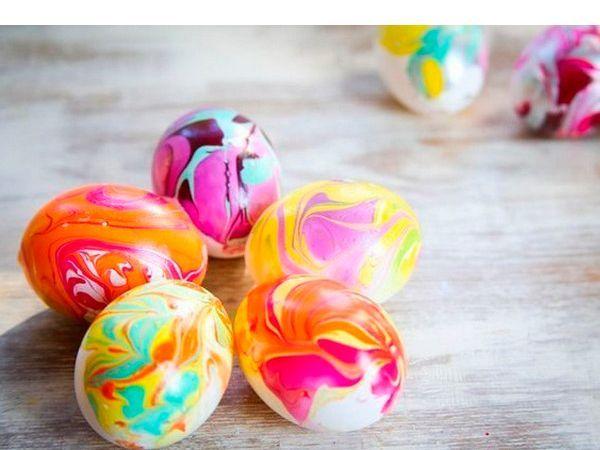 Разноцветные пасхальные яйца станут украшением праздничного стола. Необходимо окрашивать уже сваренные яйца.