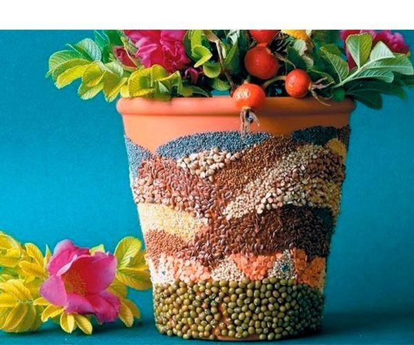 Для того чтобы декорировать горшок таким образом, понадобится клей, разные крупы и бобы, лак.