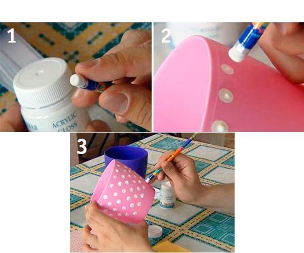 Вам понадобятся: карандаш, акриловая краска, двусторонний скотч и горшок любого оттенка. Окуните ластик на карандаше в белую акриловую краску и прикладывайте его к горшку, получатся горошины.