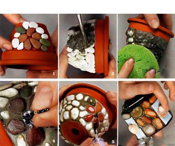Приклейте камушки. Смешайте цемент с клеем ПВА (в соотношении 3:1), добавьте немного воды. Тщательно перемешайте до сметанообразного состояния. С помощью кисточки заполните пустоты между камешками.