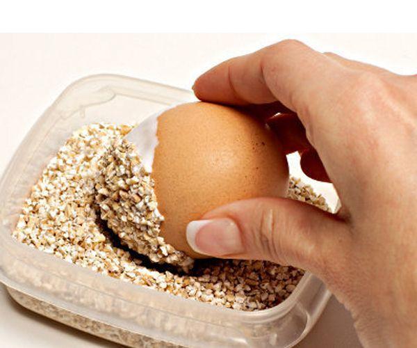 Погрузим яйцо в ячневую крупу половиной, смазанной клеем или клейстером. Отложим яйцо минут на 15, чтобы клей или клейстер полностью высох.
