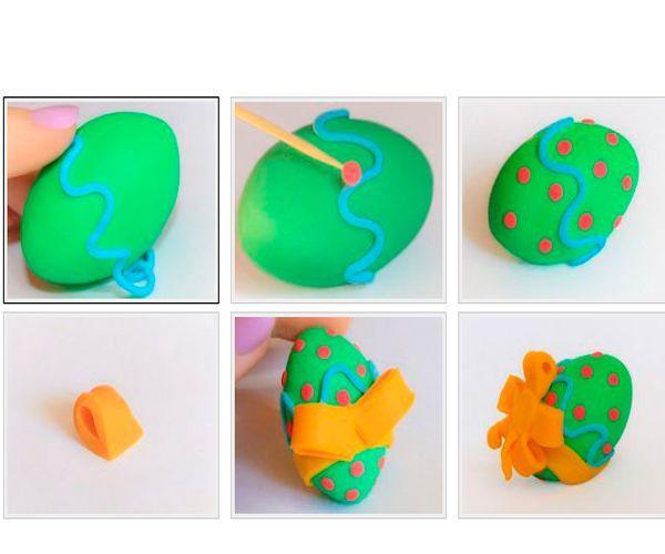 Из пластилина красного цвета сделаем горошинки на заготовке. Украсим яйцо бантом.