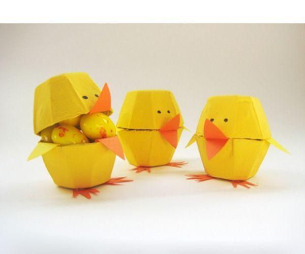 В таких подставочках можно разместить одно куриное яйцо или несколько перепелиных. Для изготовления нам понадобится: картонная упаковка из-под яиц, цветная бумага, ножницы, клей.