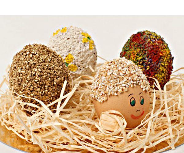 Для украшения пасхальных яиц понадобятся: вареные яйца, ячневая крупа, кисточка для клея, фломастеры, клейстер (крупа хорошо клеится на ПВА, но если вы собираетесь употреблять в пищу яйца, безопаснее клеить на клейстер).