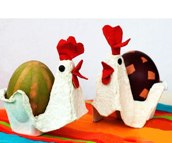 Чтобы сделать такие подставки для крашеных яиц, понадобится картонная упаковка из-под яиц, цветная бумага, ножницы, клей.