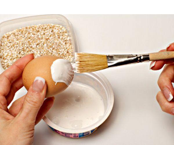 На одну половину яйца нанесем толстый слой клея или клейстера.