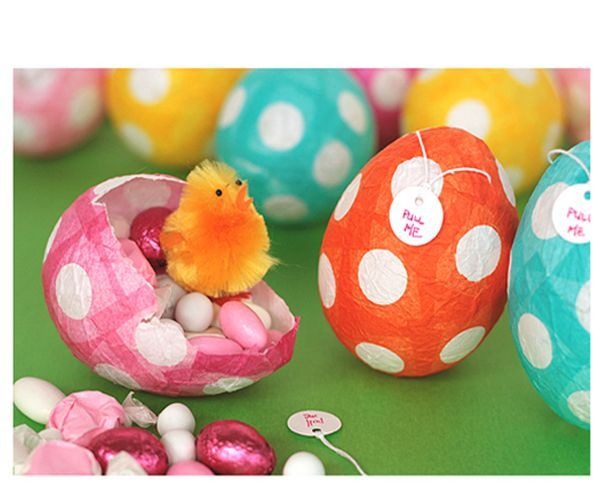 Чтобы сделать пасхальное яйцо с сюрпризом, нам понадобятся: воздушные шары, белая тонкая бумага, цветная тонкая бумага, дырокол, ножницы, кисть, жидкий крахмал.