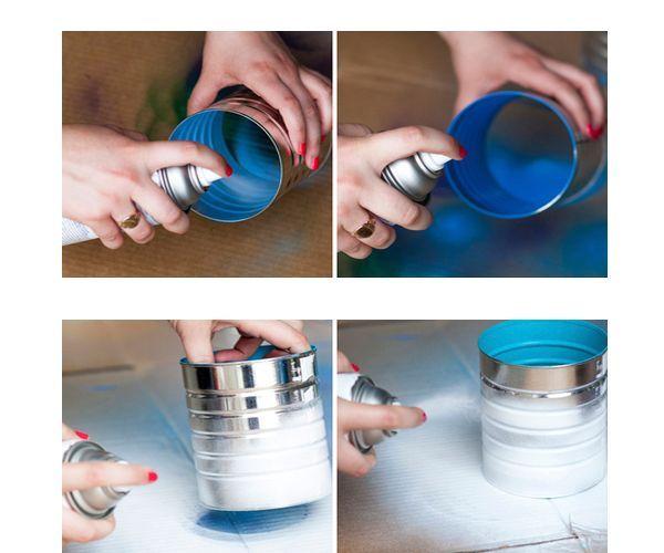 Покрасьте внутреннюю сторону банок в выбранные яркие цвета. Когда краска высохнет, покрасьте внешнюю сторону банок в белый цвет.