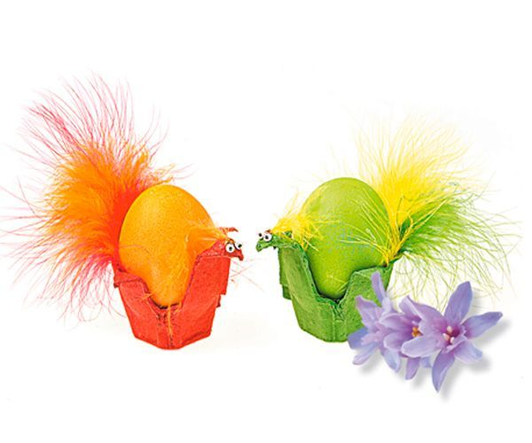 Нам понадобятся:  картонная коробка от яиц; краски акриловые или гуашь; кисточка; разноцветные перья; клеевые блестки; пластмассовые кукольные глазки; универсальный резиновый клей; ножницы; фломастер.