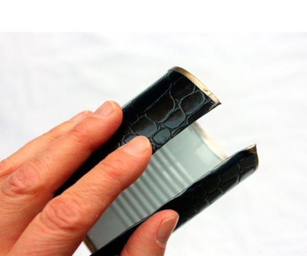Металлический край покройте золотым лаком. По размеру вырежьте кожу или дермантин, сверху лаком можно нанести дополнительную раскраску, а можно оставить в основном тоне. Приклейте верхний слой к основанию браслета.