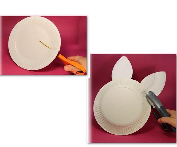 Разрезаем тарелку так, как показано на фото. Степлером соединяем две тарелки и ушки между собой.