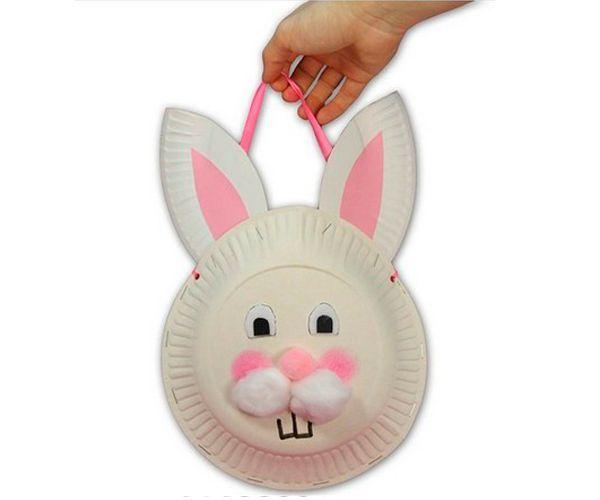 В сумочке в виде зайчонка можно подарить малышам сладости. Нам понадобятся две пластиковые тарелки, краска, вата, фломастер, лента, степлер.