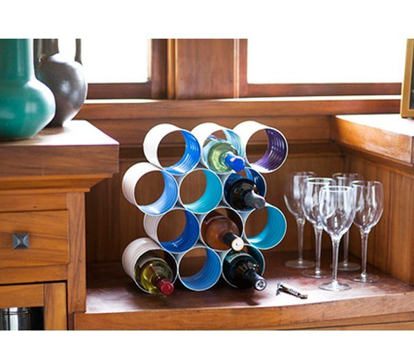 Подставка для вина. Вам понадобится: от 5 до 12 жестяных банок из-под кофе или других продуктов, акриловые краски, кисти, консервный нож, клей для металла, канцелярские зажимы.