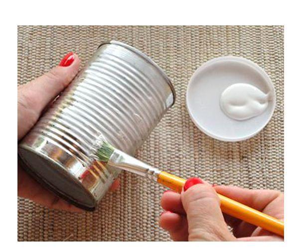 Сначала нанесите на поверхности банок грунтовку и дайте хорошо просохнуть.