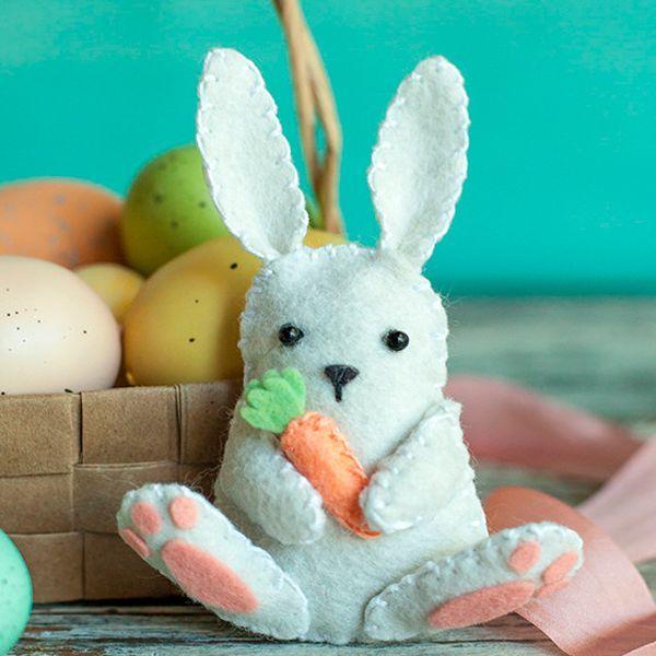 Чтобы сшить такого пасхального кролика, нам понадобится: фетр белого, розового, зеленого и оранжевого цветов, а также бусинки, черные и белые нитки, иголка, наполнитель.