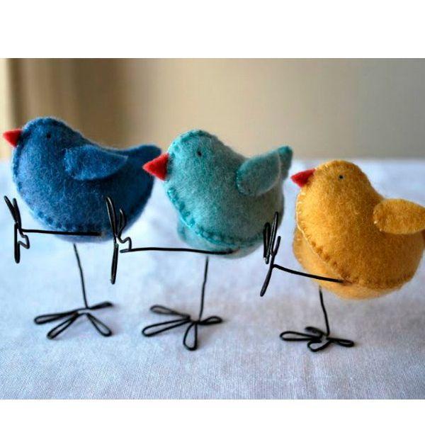 Нам понадобится: фетр для тела цыпленка и контрастный фетр для его клювика, нитки, вата, проволока.