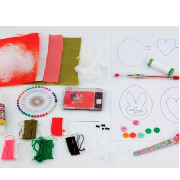 Для создания поделки понадобится:  фетр или войлок: зеленый, оранжевый, белый, розовый; нитки для вышивки: зеленые, белые, оранжевые, черные, розовые; цветные кнопки; наполнитель; черные бусины; ножницы; булавка для ткани; карандаш или ручка; румяна.