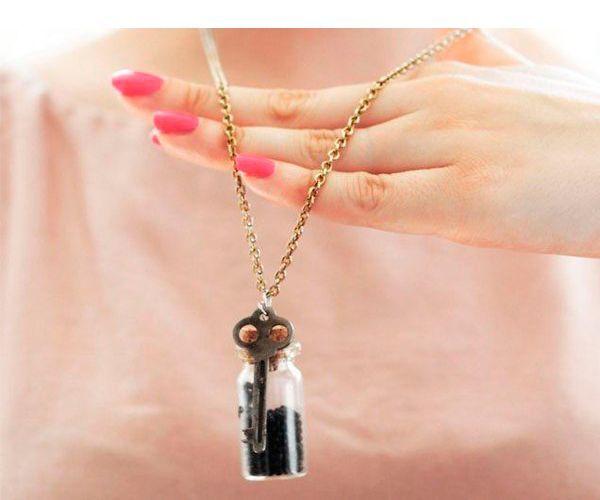 Украшения из бутылочек с различным наполнением в последнее время популярны. Бутылочки-подвески в фэнтези-стиле, аптечные пузырьки-подвески красиво смотрятся и создают ощущение маленького волшебства.