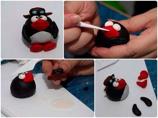 Приклейте глаза, клюв красного цвета. Из черного пластилина сделайте крылья. Соберите все детали. Сделайте шляпу.