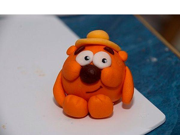 Изготовьте шляпку Копатычу. Для этого раскатайте пластилин в круг. Получится основа. Сверху прикрепите шарик из пластилина и слегка приплюсните его.