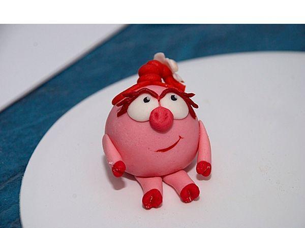 Все персонажи делаются по схожему принципу. Начните с создания головы. Для этого скатайте кусочек пластилина в шар размером с грецкий орех.