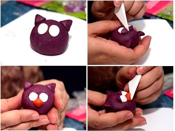 Из белого пластилина сделайте заготовки для глаз, а веки сделайте из фиолетового и наложите их на белые глазки. Из оранжевого или красного пластилина слепите клюв и прикрепите его.