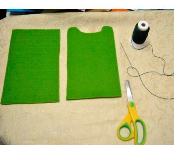 Вырезаем детали по размеру нашего телефона. Берем капроновые нитки и сшиваем две нижние части чехла, чтобы можно было вывернуть и пришить аккуратно украшение.