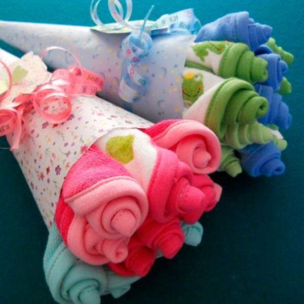 Такие праздничные букетики можно сделать из распашонок, подгузников или слюнявчиков. И красиво, и с пользой!