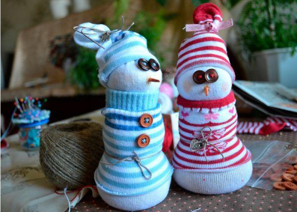 Нам понадобилось: детские белые гольфики, носочки с цветными рисунками, пшено, стержень от оранжевого карандаша, иголки и нитки, шнурочки, ленточки, завязочки, пуговки - всё то, чем будут украшены наши будущие снеговички.
