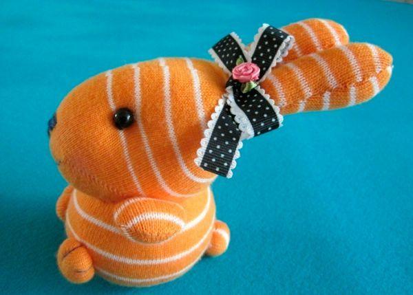 Для пошива такого оригинального кролика вам понадобятся высокие носки- гольфы. Старайтесь выбирать расцветку поярче, тогда игрушка получится более симпатичной. В качестве наполнителя используйте синтепон.