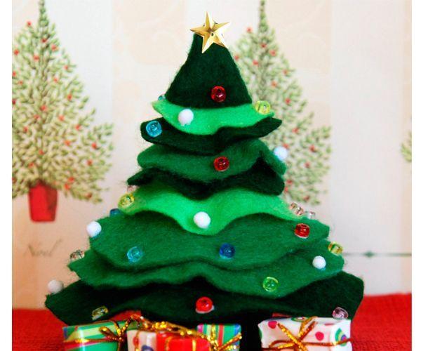 Объемная елка - лучшее украшение рабочего стола. Вам понадобится: фетр, картон, клей, ножницы, бусины для декора.