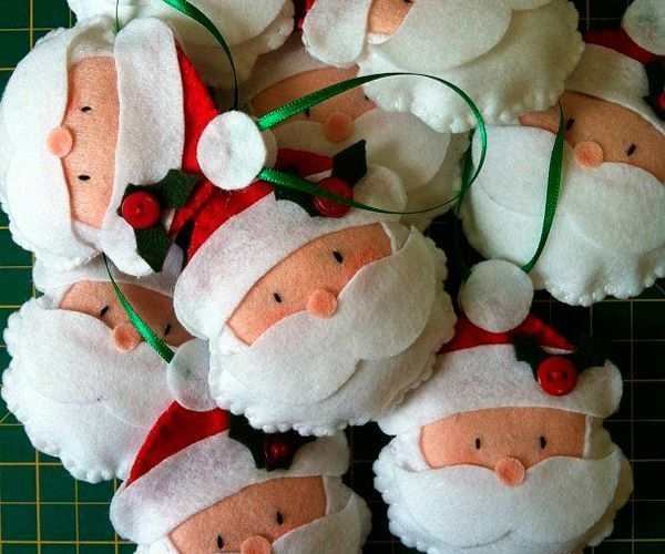 Дед Мороз - символ нового года. Чтобы сделать такую подвеску, понадобится фетр, синтепон, нитки, клей, бусины и тесьма.