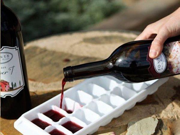 Остатки вина можно заморозить в формочке для льда, и потом добавлять в супы и соусы. Так вам не придется хранить полупустые бутылки.