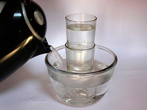 Если стакан застрял в другом стакане, вытащить его невозможно. Положите лед во внутренний стакан, а наружный стакан окуните в теплую воду. Под воздействием тепла стакан расширится, а холодный стакан уменьшится, и их легко можно будет разъединить.