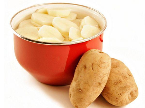 Когда вы отвариваете картофель, можете поливать оставшимся крахмалом комнатные растения. Крахмал очень хорошо на них влияет. Главное - отвар не должен быть соленым.