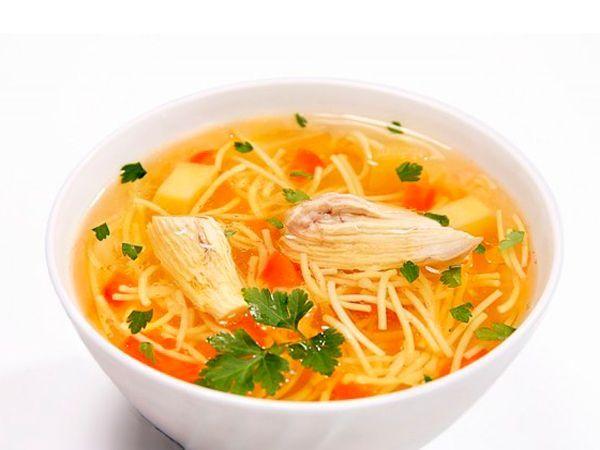 Если вы пересолили суп, в  этом случае достаточно положить крупную сырую картофелину в кастрюлю, а через некоторое время вынуть ее и выбросить.
