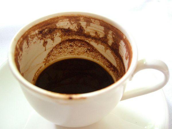 Темные участки от чая и кофе можно вывести при помощи соли – насыпьте её на губку и протрите загрязнения. Или смешайте равные части соли и уксуса, чтобы образовалась паста, и обработайте ею кружку с помощью тряпочки.