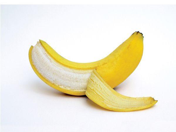 Чтобы банан не темнел при приготовлении  (в салат, десерт и т.д.), нужно положить его неочищенным в горячую воду на 15 секунд, дать остыть, потом очистить.