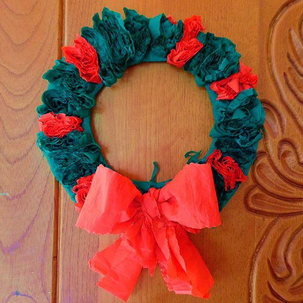 Новогодним венком, сделанным из гофрированной бумаги, можно украсить входную дверь. Выбирайте для этой поделки бумагу яркого зеленого и красного цветов.