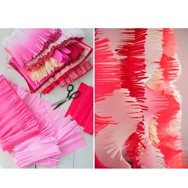 Еще один вариант новогодней гирлянды из гофрированной бумаги. Для ее создания понадобится только бумага и ножницы. Сделать такое украшение сможет даже ребенок.